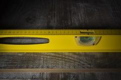 Instrumentos para instalar el piso laminado fotos de archivo libres de regalías