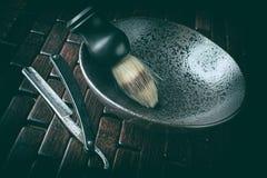 Instrumentos que afeitan viejos: maquinilla de afeitar y cepillo imagenes de archivo