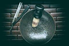 Instrumentos que afeitan viejos: maquinilla de afeitar y cepillo fotos de archivo