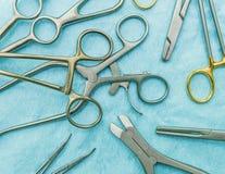Instrumentos quirúrgicos en un fondo azul Imagen de archivo