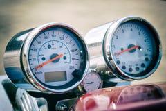 Instrumentos: velocímetro, tacômetro e pulso de disparo no volante de uma motocicleta imagens de stock royalty free