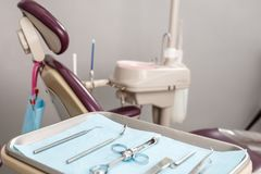 Instrumentos y herramientas dentales en una oficina del dentista Imagen de archivo libre de regalías