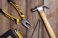 Instruments de construction sur la table en bois Images stock