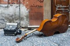 Instruments de Contrabassoon et d'accordéon sur la rue photos stock