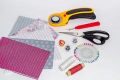 Instruments de patchwork, objets et composition en tissus Images libres de droits