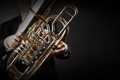 Instruments en laiton de joueur de tuba en plan rapproché de mains photographie stock libre de droits