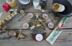 Instruments et ingrédients magiques sur la table photo libre de droits