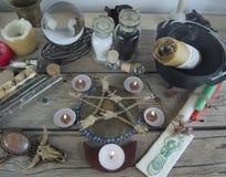 Instruments et ingrédients magiques sur la table image libre de droits
