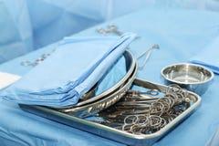 Instruments médicaux dans la chambre de chirurgie Photos libres de droits
