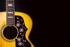 Instrumentu muzycznego sznurka drewniana akustyczna gitara odizolowywaj?ca na blackbackground fotografia royalty free