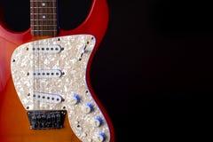 Instrumentu muzycznego sznurka gitary drewniana czerwie? odizolowywaj?ca na blackbackground zdjęcia stock