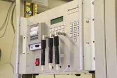 Instrumentutrustning som mäter koloxid i luften Arkivbild