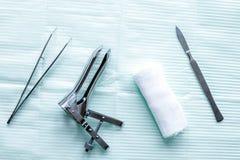 Instrumenty gynecologist na zielonego tła odgórnym widoku Zdjęcia Stock