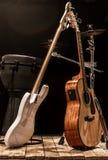 instrumenty muzyczni, gitara akustyczna, basowa gitara i perkusja instrumenty, bębnią Zdjęcia Stock