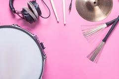 Instrumenty muzyczni na różowym tle Obraz Royalty Free
