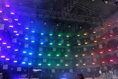 Instrumenty muzyczni na scenie przed koncertem w promieniach reflektory fotografia royalty free