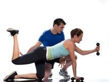 Instrutor aeróbio do homem que posiciona o exercício da mulher Foto de Stock Royalty Free