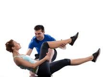 Instrutor aeróbio do homem que posiciona o exercício da mulher fotos de stock royalty free