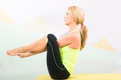 Instrutor bonito dos pilates com a esteira amarela da ioga Foto de Stock Royalty Free
