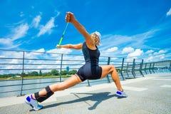 Instrutor da aptidão da mulher que faz a cidade exterior de formação do dia de verão Imagem de Stock Royalty Free