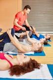 Instrutor da aptidão na classe da ginástica Imagem de Stock Royalty Free