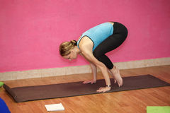 Instrutor da classe da aptidão ou da ioga, mulher que faz o exercício Imagens de Stock Royalty Free