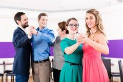 Instrutor da dança com pares alegres Imagens de Stock Royalty Free