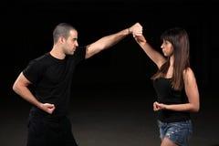 Instrutor da fêmea das artes marciais imagens de stock