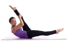 Instrutor da ioga da mulher nova que faz o split isolado imagens de stock