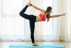 Instrutor da ioga no asana foto de stock