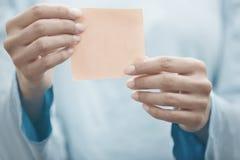 Instrutor da ioga que guarda a nota adesiva foto de stock