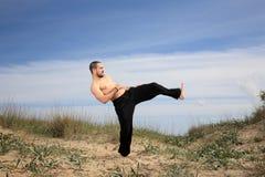 Exercício do instrutor das artes marciais exterior Foto de Stock