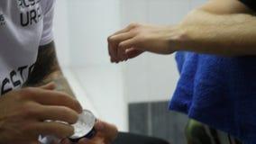 Instrutor do encaixotamento ou gerente Wrapping Hands de um fim do pugilista acima da profundidade de campo rasa - se preparando  video estoque