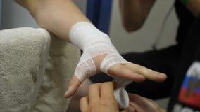 Instrutor do encaixotamento ou gerente Wrapping Hands de um fim do pugilista acima da profundidade de campo rasa - se preparando  fotos de stock royalty free