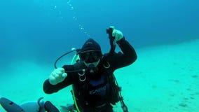 Instrutor do mergulho autônomo no trabalho vídeos de arquivo