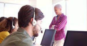 Instrutor do serviço ao cliente que monitora sua equipe video estoque