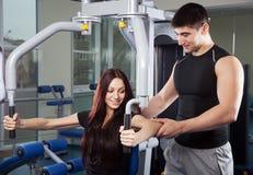 Instrutor em um fitness center foto de stock