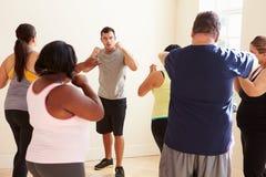 Instrutor In Exercise Class da aptidão para povos excessos de peso Fotos de Stock Royalty Free
