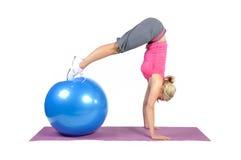 Instrutor fêmea novo apto dos pilates Fotografia de Stock