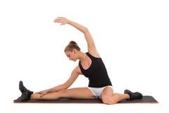 Instrutor fêmea Stretching On Aerobic da aptidão. fotografia de stock royalty free