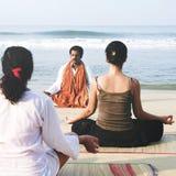 Instrutor And His Students da ioga pelo conceito da praia imagens de stock royalty free