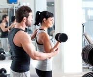 Instrutor pessoal da mulher da ginástica com treinamento do peso foto de stock royalty free