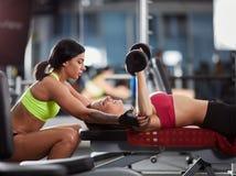 Instrutor pessoal da mulher no gym imagem de stock royalty free