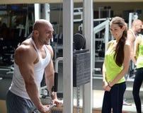 Instrutor pessoal no gym Imagem de Stock