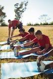 Instrutor que instrui crianças ao exercitar no campo de treinos de novos recrutas fotos de stock
