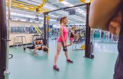 Instrutor que olha o treinamento do grupo das mulheres no crossfit Fotografia de Stock Royalty Free