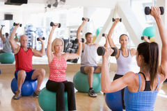Instrutor que toma a classe do exercício na ginástica Imagem de Stock Royalty Free