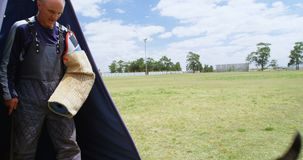 Instrutor que treina um cão-pastor no campo 4k video estoque