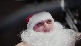 Instrutor Santa Claus no gym no simulador, close-up da aptidão da cara filme