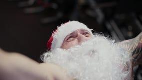 Instrutor Santa Claus no gym no simulador, close-up da aptidão da cara video estoque